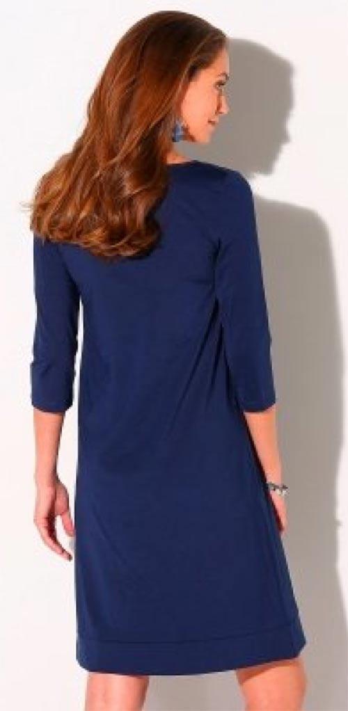 Volné modré šaty nad kolena