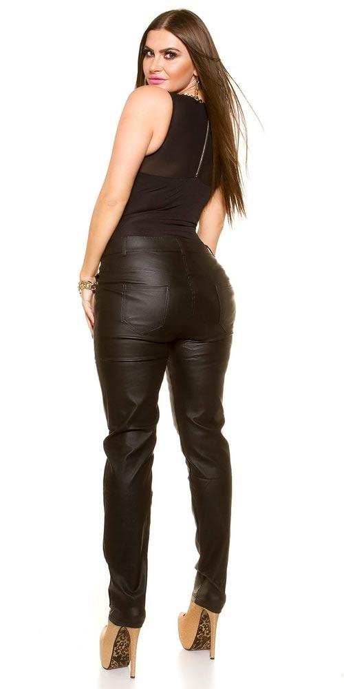 Nadměrné kožené kalhoty