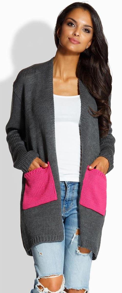 Šedý svetr s růžovými kapsami