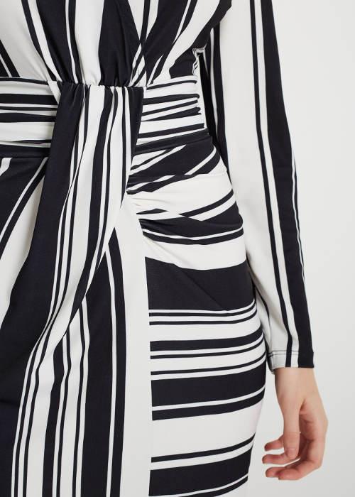 Černobílé šaty s opaskem