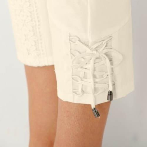 Nohavice zakončené krajkou a šněrováním