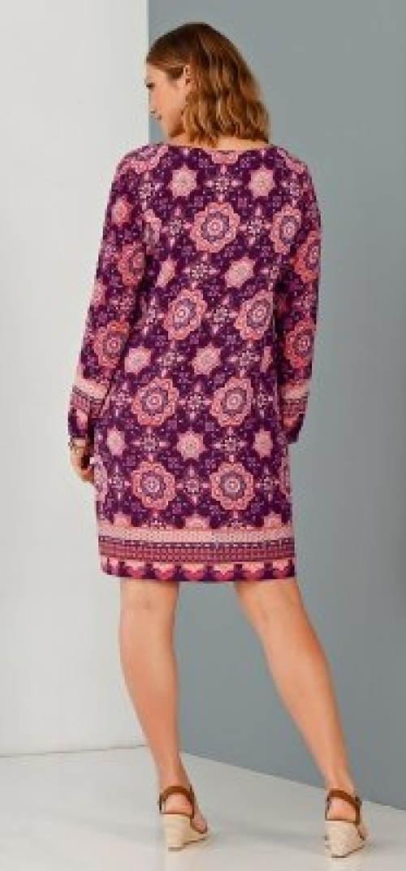 Fialové dámské šaty ke kolenům
