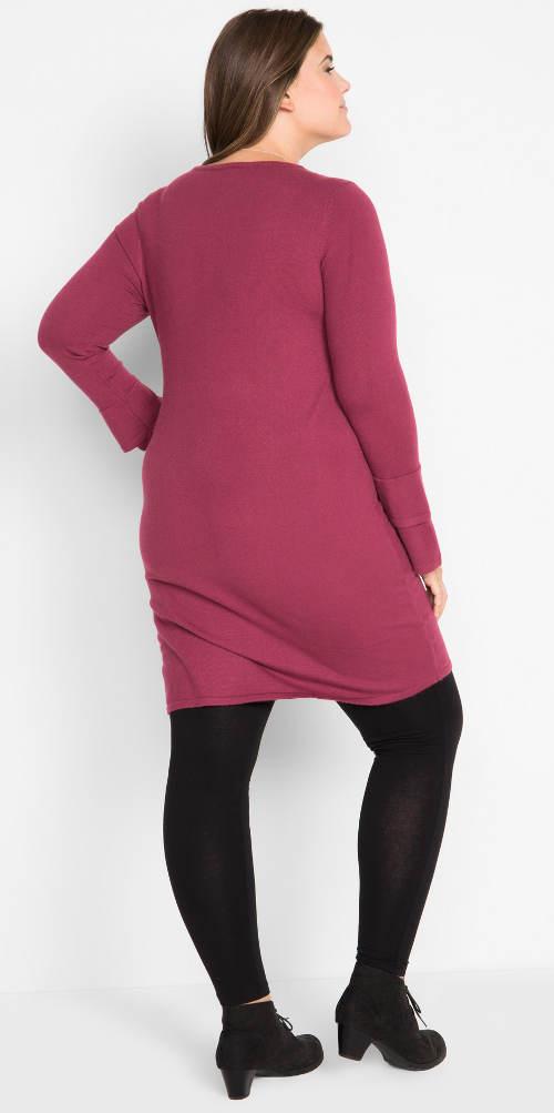Úpletové fialové šaty pro baculky