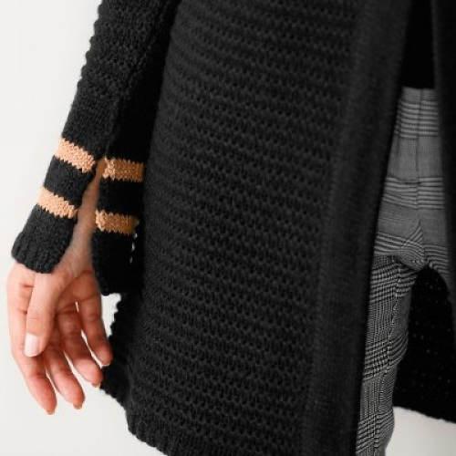 Černý svetr se zlatými pruhy na rukávech