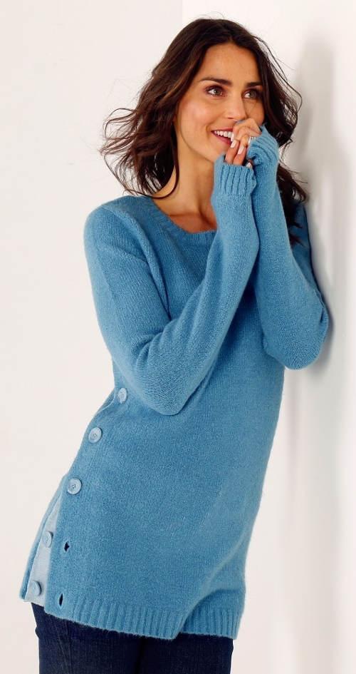 Modrý pletený svetr s knoflíkovou légou na boku