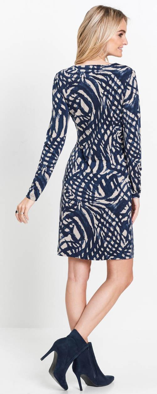 Úpletové dámské šaty se zeštíhlujícím potiskem