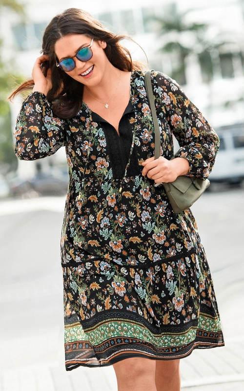 Voálové šaty pro boubelky s květinovým potiskem
