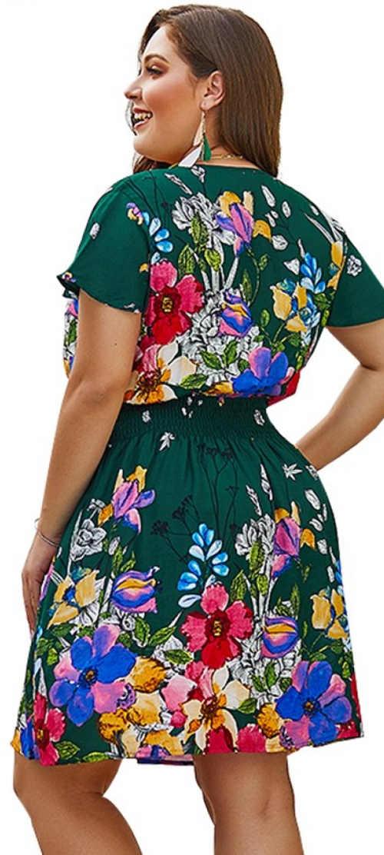 Lehké letní květinové šaty pro silnější postavy