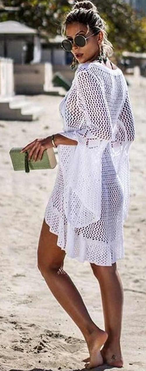 Průhledné bílé háčkované šaty přes plavky