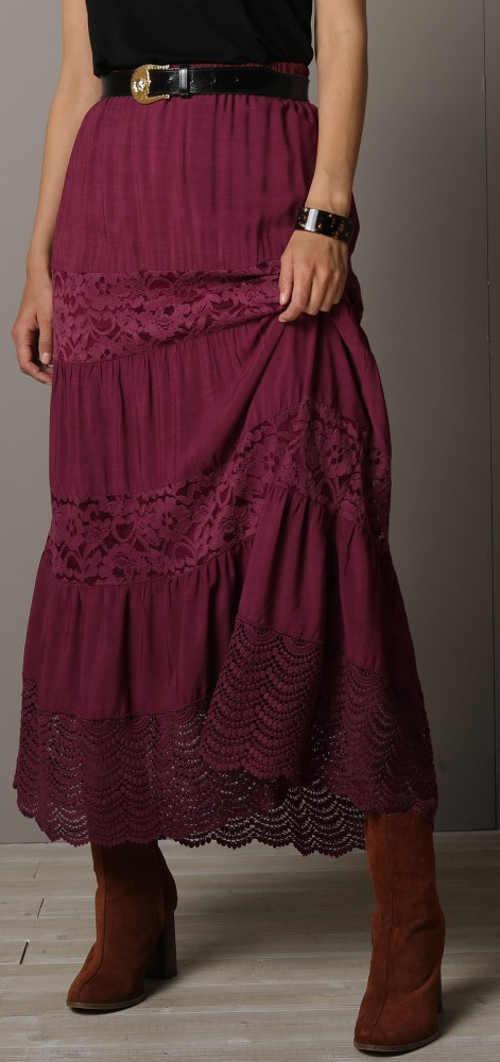 Dlouhá fialová dámská sukně ke kozačkám