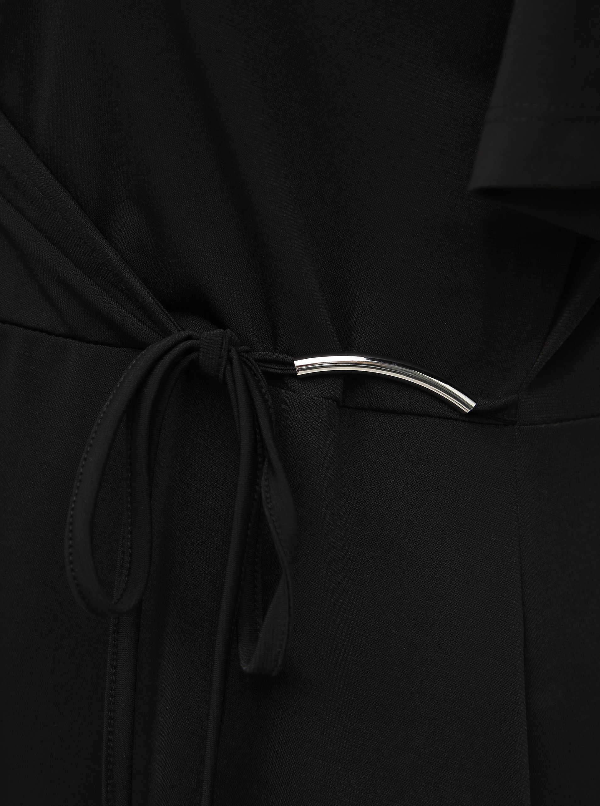 Černé šaty s překladem zakončeným ozdobnou sponkou