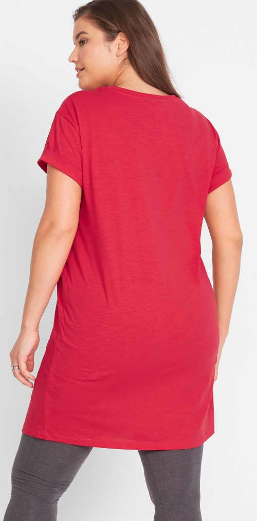 Jednoduché červené šaty pro plnoštíhlé s krátkými rukávy