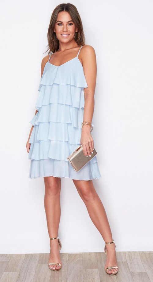 Moderní dámské šaty s volány v krátké délce