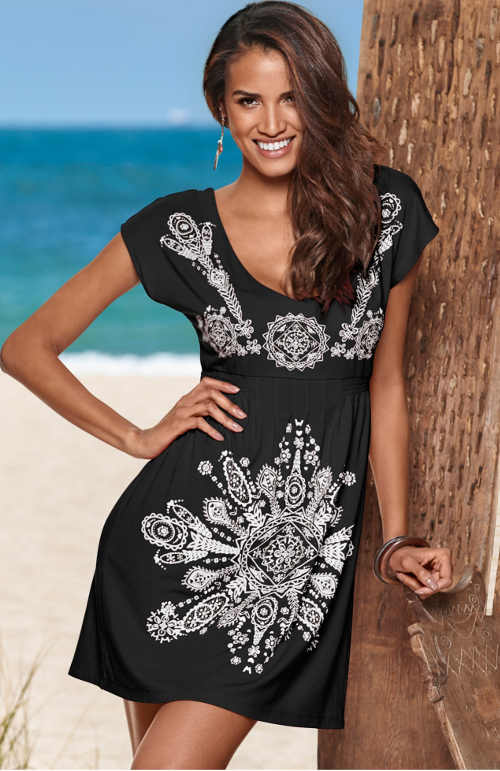Plážové dámské šaty v černo-bílé kombinaci s potiskem