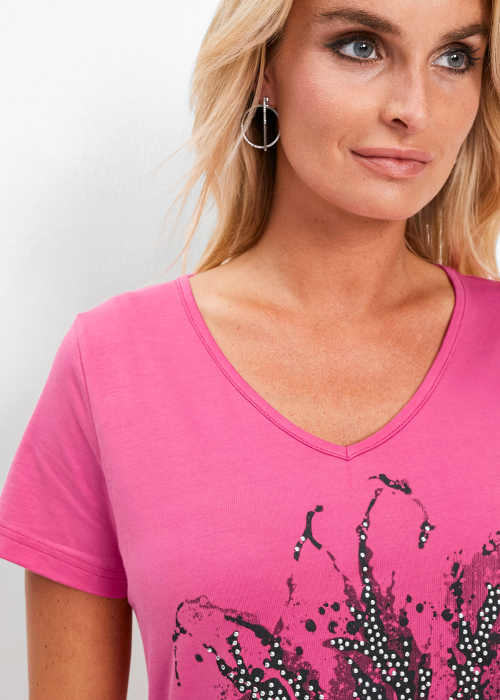 Třpytivé kamínky na růžovém dámském tričku