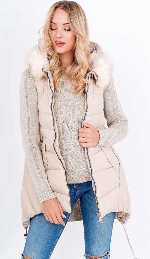Dámská prošívaná vesta s kapucí a kožíškem v béžové barvě