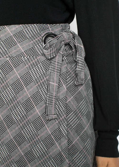 Zavazovací pásek na boku sukně