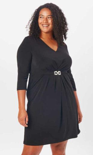 Šaty aneb malé černé v efektivním střihu zdobené páskem
