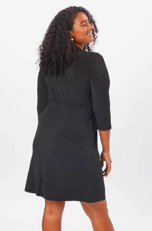 černé dámské moderní šaty