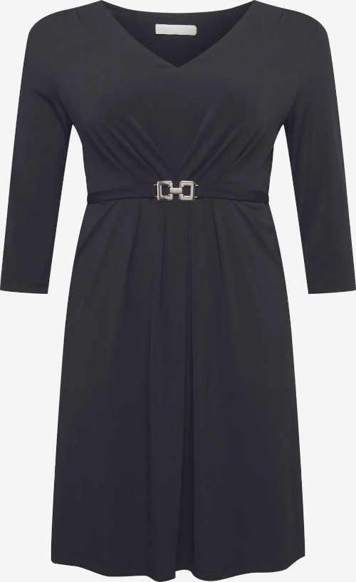 černé šaty zdobené páskem