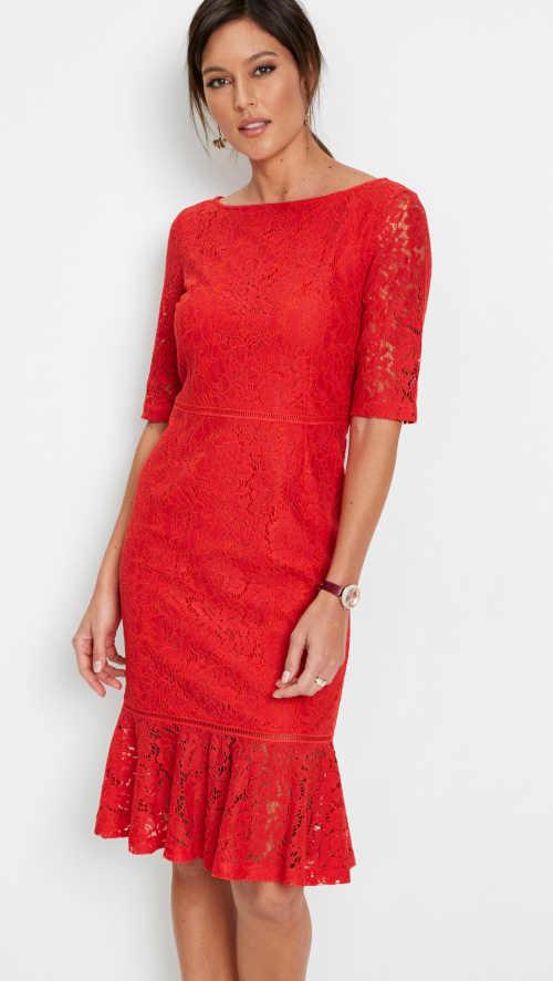 Krajkové šaty v sytě červené barvě s vyšším volánovým lemem