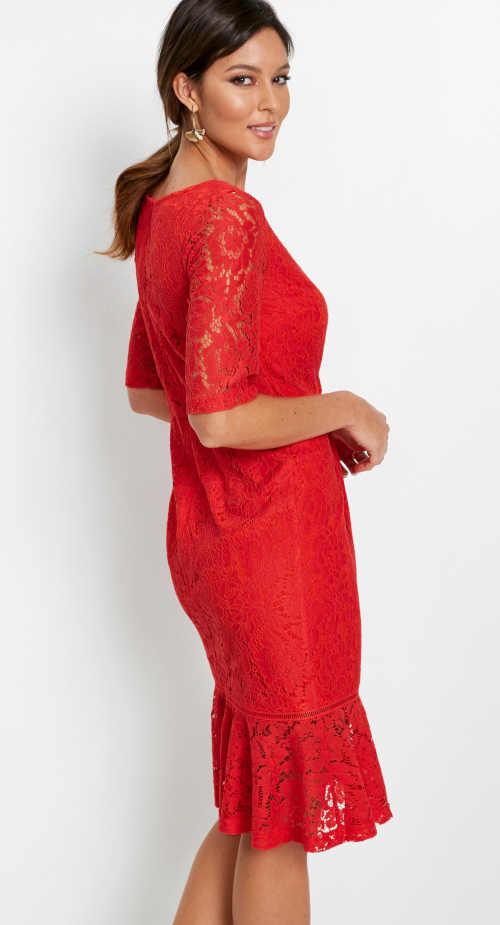 červené krajkové dámské šaty
