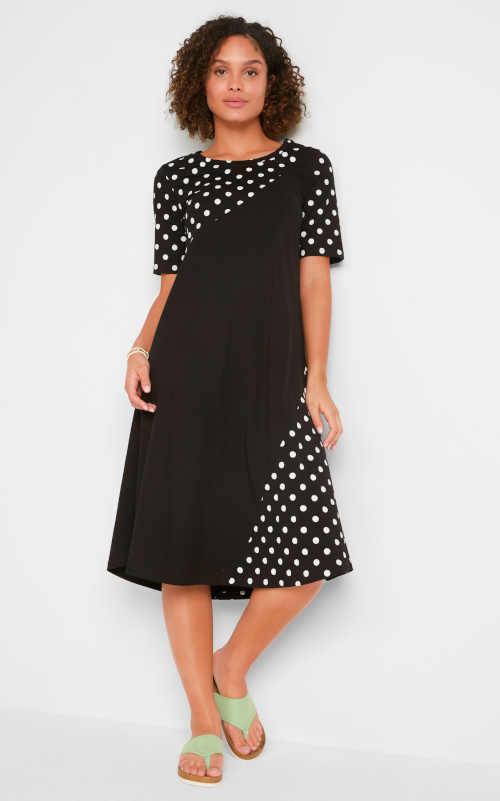 černo-bílé puntíkaté šaty