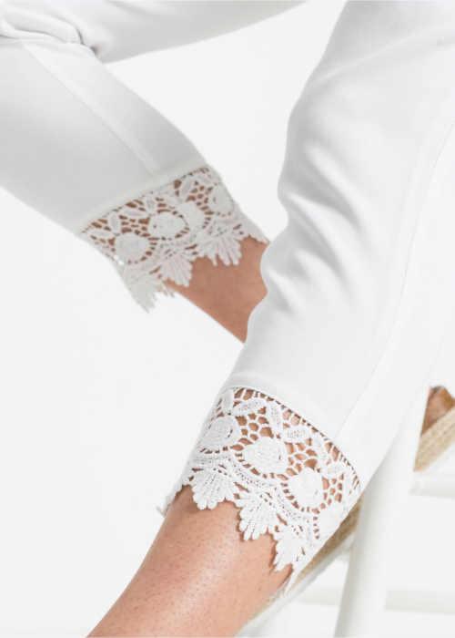 kalhoty s pružným pasem a krajkovým lemem