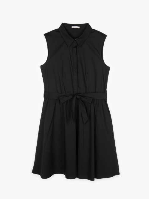 moderní šaty s límečkem a páskem