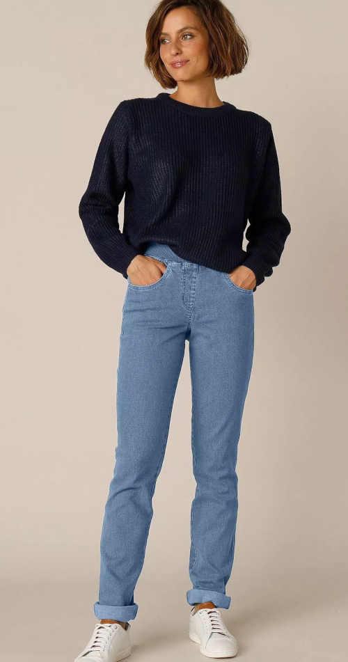 džíny v modrém provedení